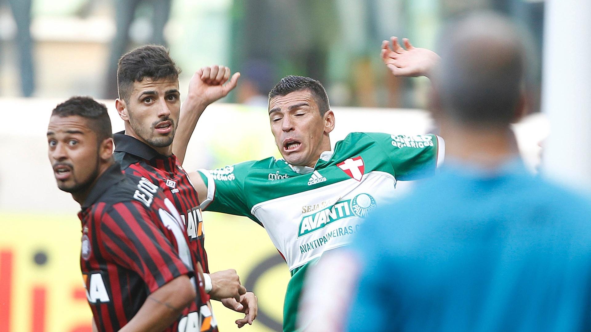 Lúcio disputa jogada com atletas do Atlético-PR