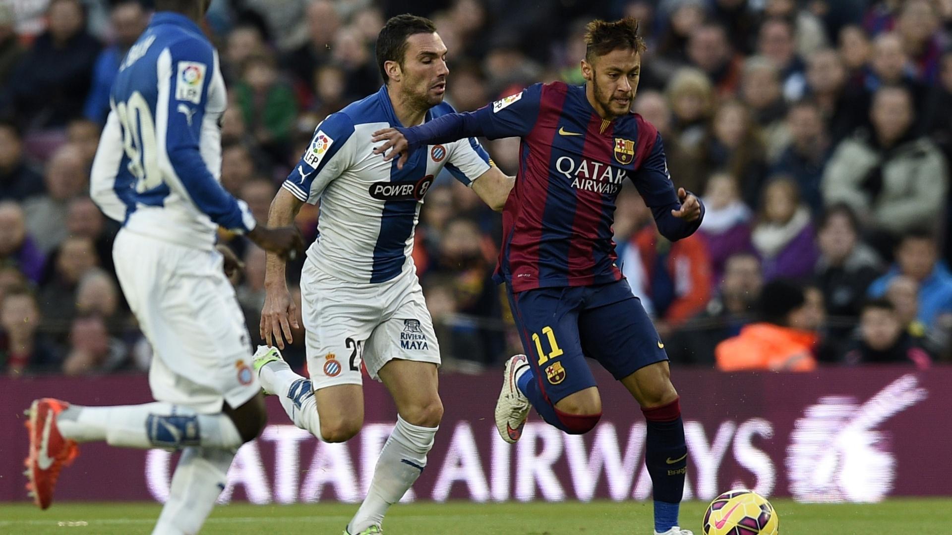 Neymar tenta escapar da marcação de jogadores do Espanyol durante clássico no Camp Nou