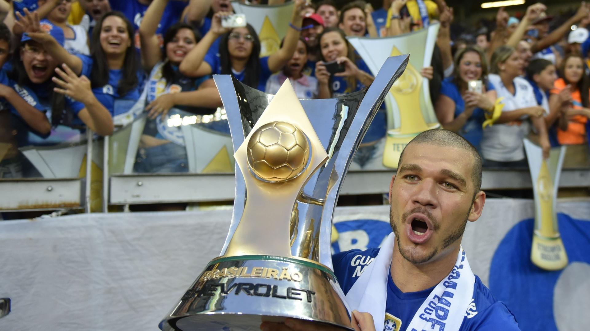 Nilton comemora com a taça de campeão Brasileiro no Cruzeiro