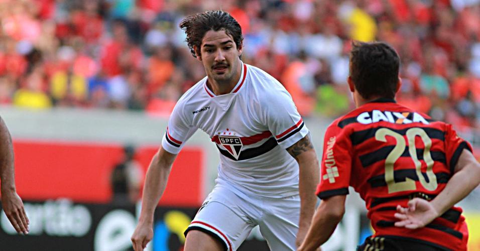 Pato, do São Paulo, tenta superar a marcação de Mike, do Sport