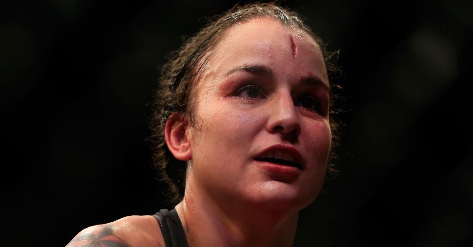 Raquel Pennington vence seu combate, mas termina com um grande corte na testa