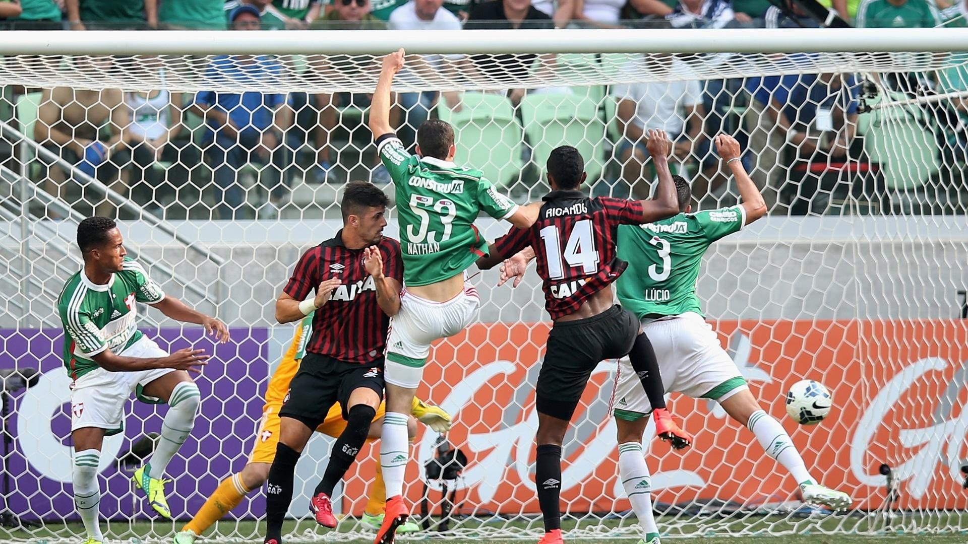 Ricardo Silva, do Atlético-PR, pulou mais do que a zaga do Palmeiras e abriu o placar no Allianz Parque