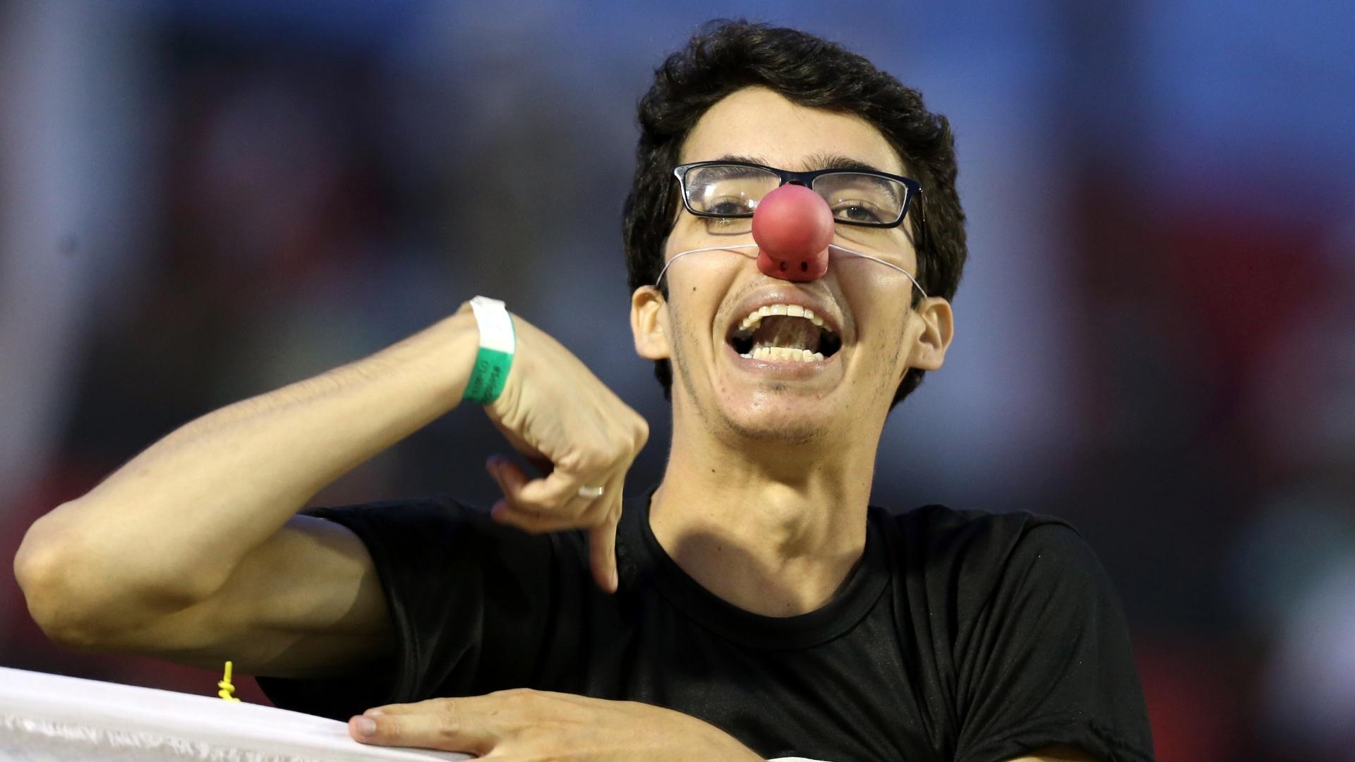 Torcedor do Vitória protesta pelo rebaixamento do seu clube para a Série B