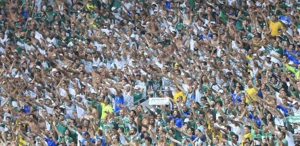 Torcida do Palmeiras vibra com o gol marcado por Henrique na etapa inicial