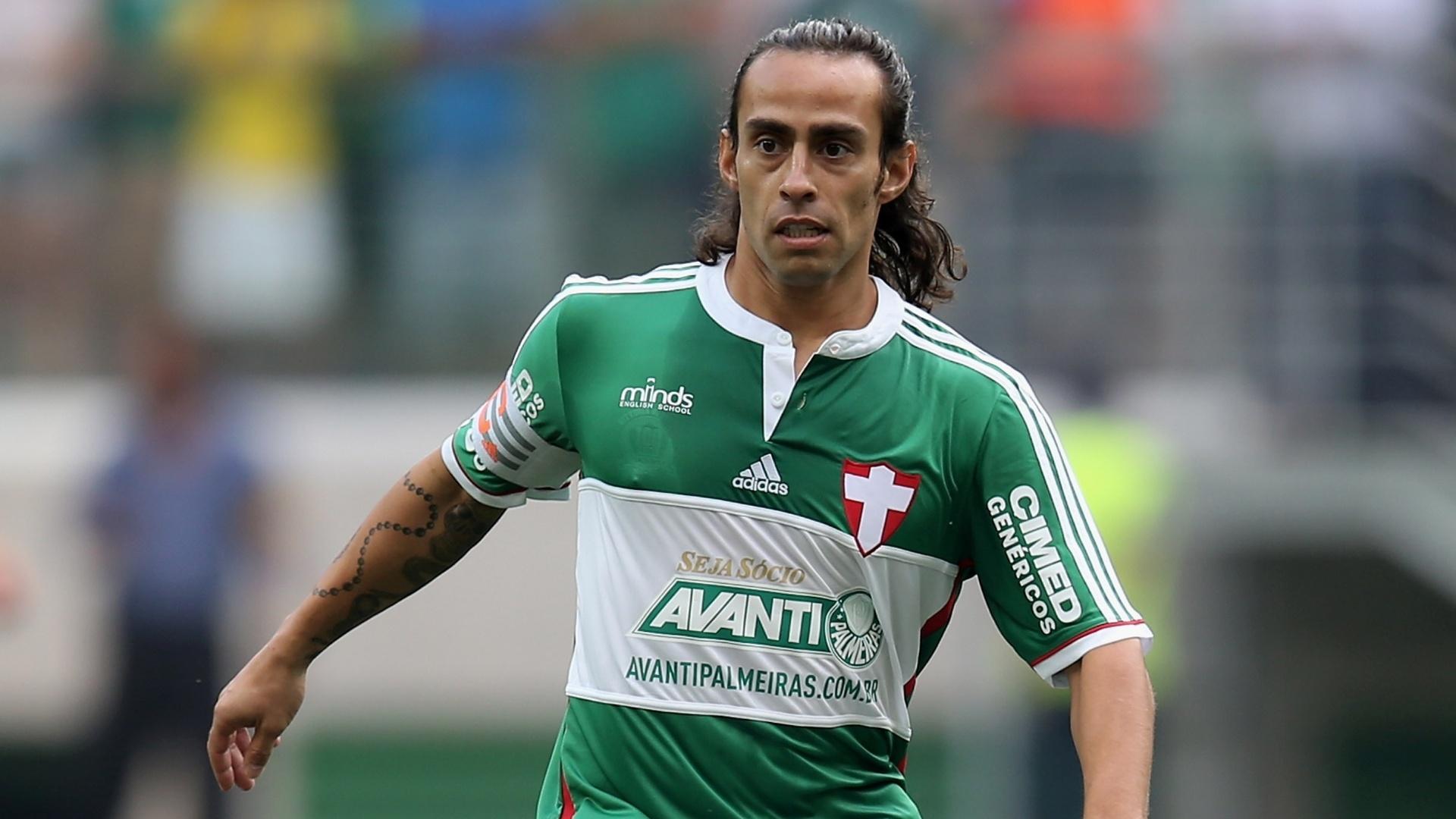 Valdivia controla a bola em duelo decisivo contra o Atlético-PR