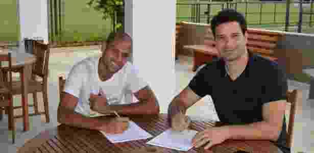 Carlinhos assina contrato com o São Paulo ao lado do gerente de futebol Gustavo Vieira de Oliveira - saopaulofc.net/divulgação