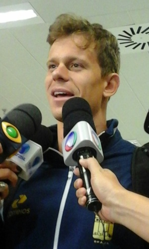 César Cielo concede entrevistas ao desembarcar no Brasil após Mundial de Natação