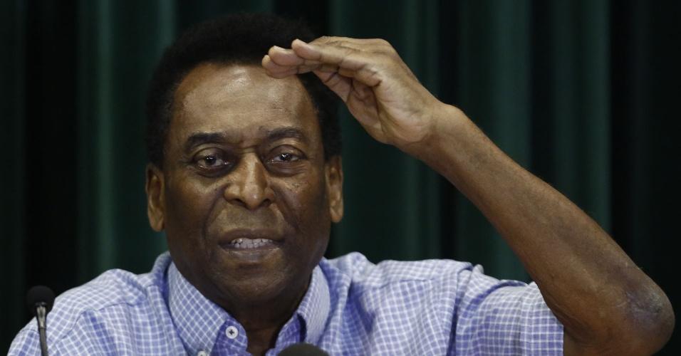 09.dez.2014 - Pelé concede entrevista coletiva após receber alta médica em São Paulo. Ele ficou internado por 15 dias em decorrência de uma infecção urinária