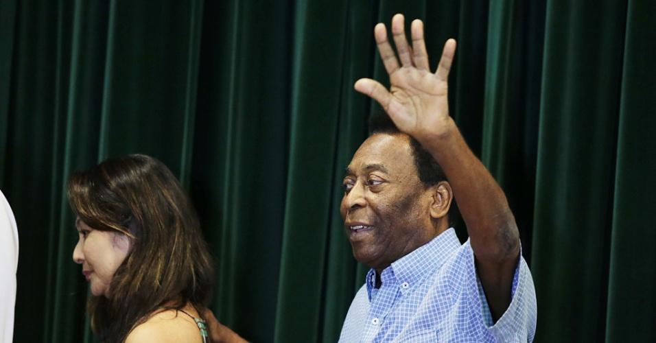 Pelé deixa sala de entrevista do hospital Albert Estein após receber alta
