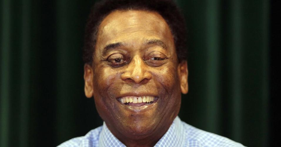 Pelé sorri ao falar com jornalistas em entrevista após receber alta nesta terça