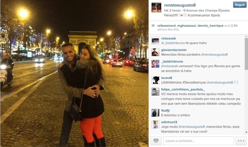 Renato Augusto viajou para Paris com a namorada