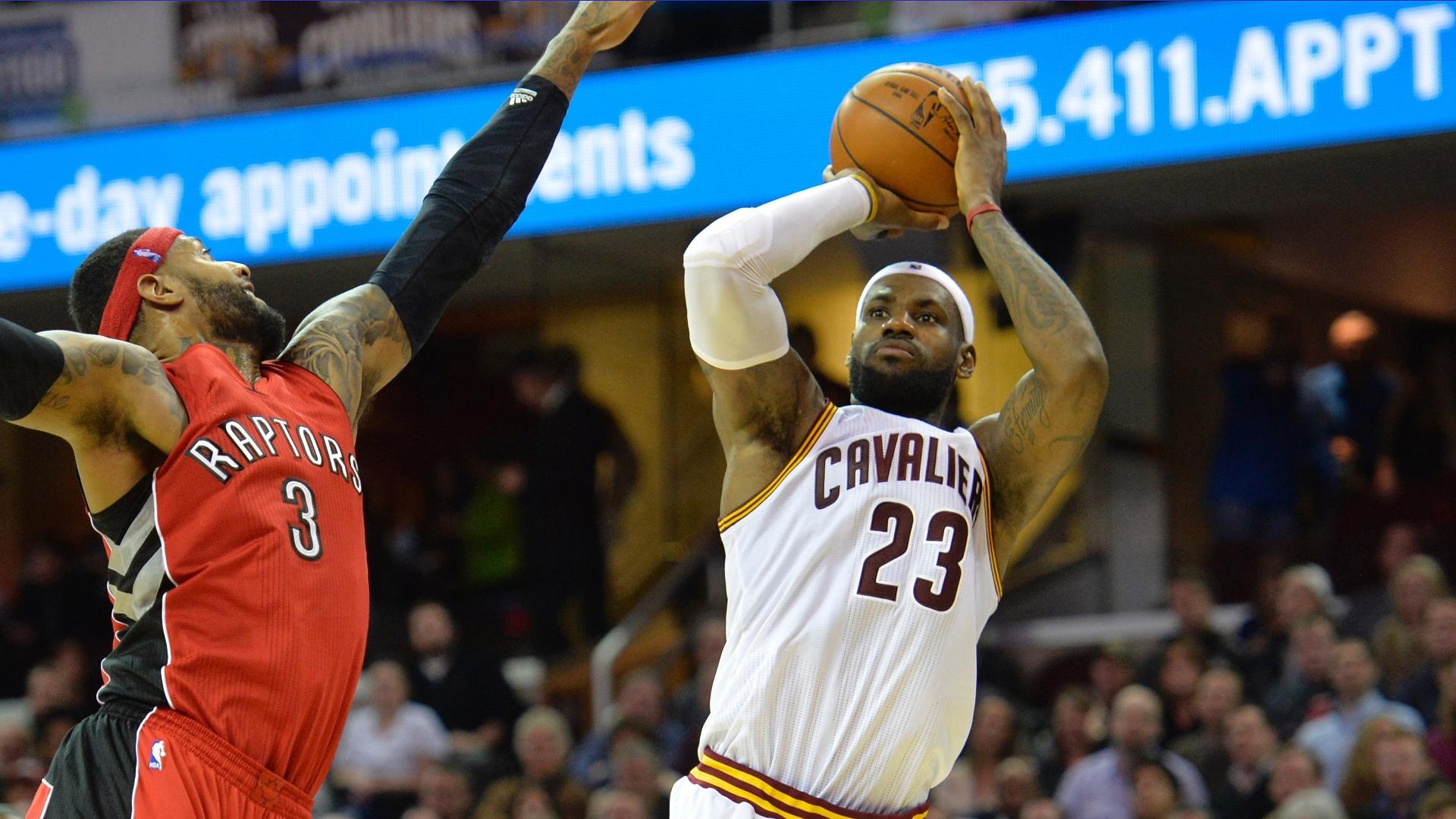 LeBron James se prepara para arremesso na vitória do Cleveland Cavaliers sobre o Toronto Raptors