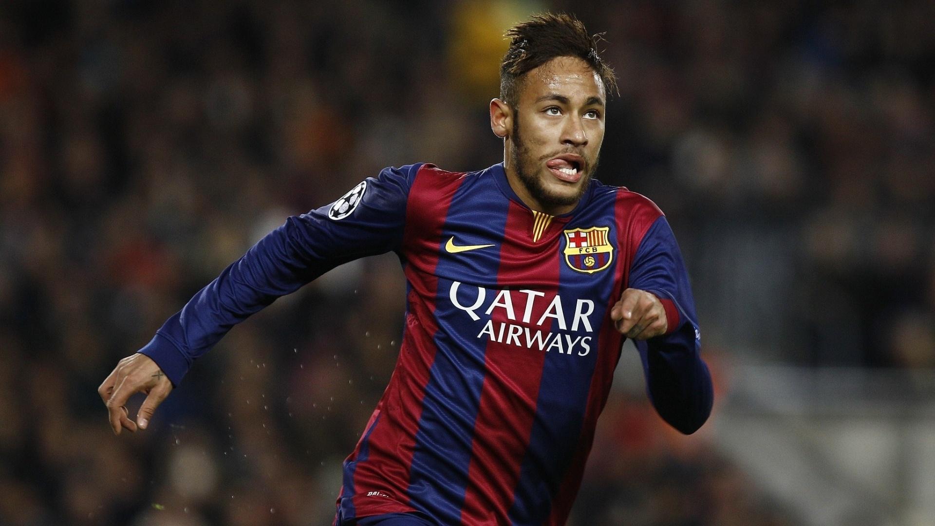 Neymar comemora após marcar o gol da virada do Barcelona com Thiago Silva (costas) lamentando pelo PSG