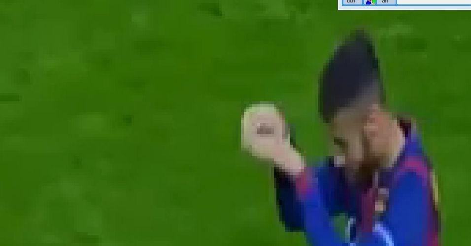 Neymar simula estar se jogando em comemoração contra o PSG
