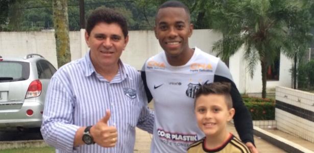 Batoré leva o filho para visita ao CT do Santos e posa para foto com Robinho