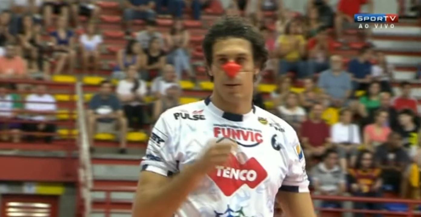 13. dez. 2014 - Jogadores do Lorena e do Canoas entram em quadra com nariz de palhaço em protesto contra a CBV