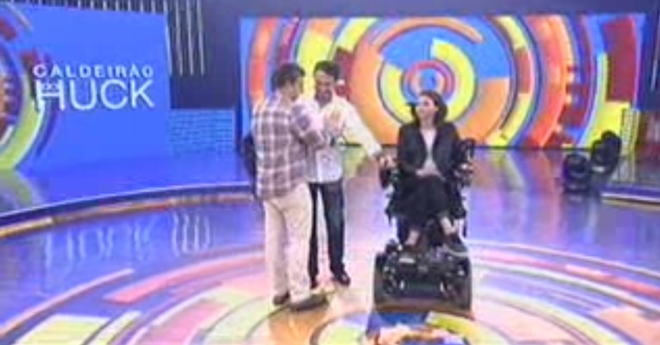13.dez.2014 - De volta ao Brasil, Laís Souza participa do programa de Luciano Huck, na TV Globo, e apresentador promete carro adaptado para ela