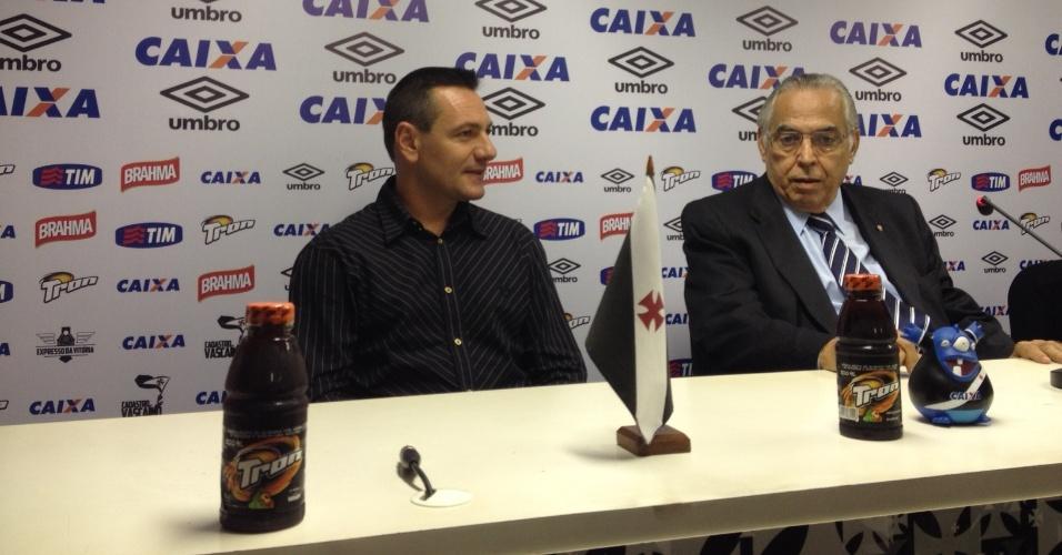 15.dez.2014 - O técnico Doriva é apresentado no Vasco pelo presidente Eurico Miranda