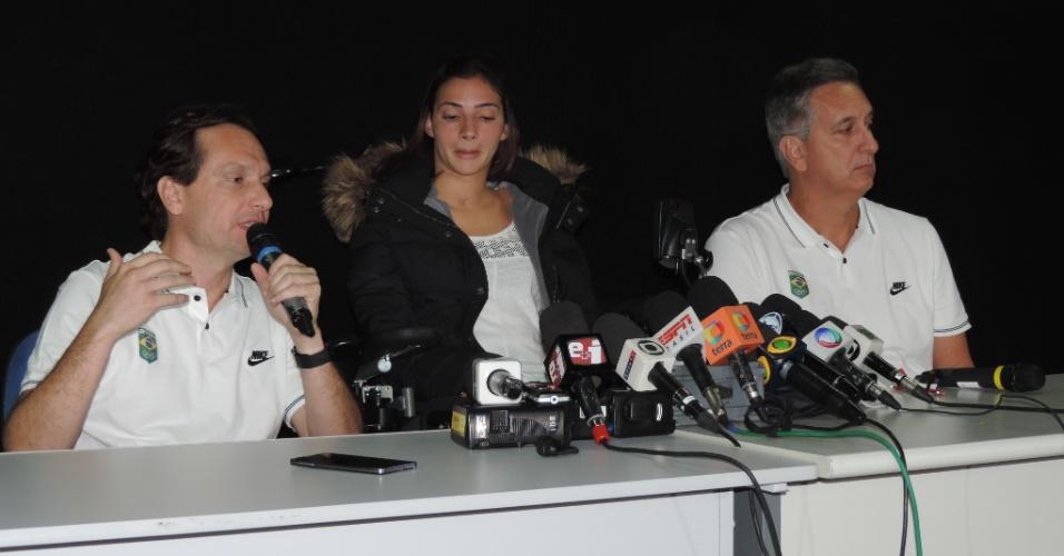 Laís Souza dá entrevista ao lado do médico Antonio Marttos Junior e de Marcus Vinícius Freire, superintendente executivo do COB