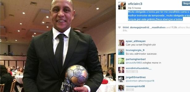 Roberto exibe troféu que ganhou como melhor técnico do ano na Turquia - Reprodução/Instagram