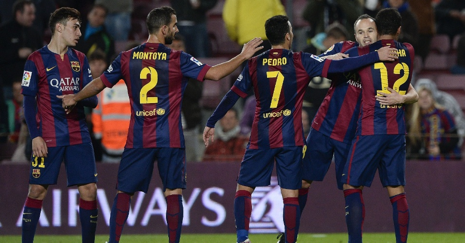 Atletas do Barcelona parabenizam Andrés Iniesta após o gol do meia espanhol contra o Huesca