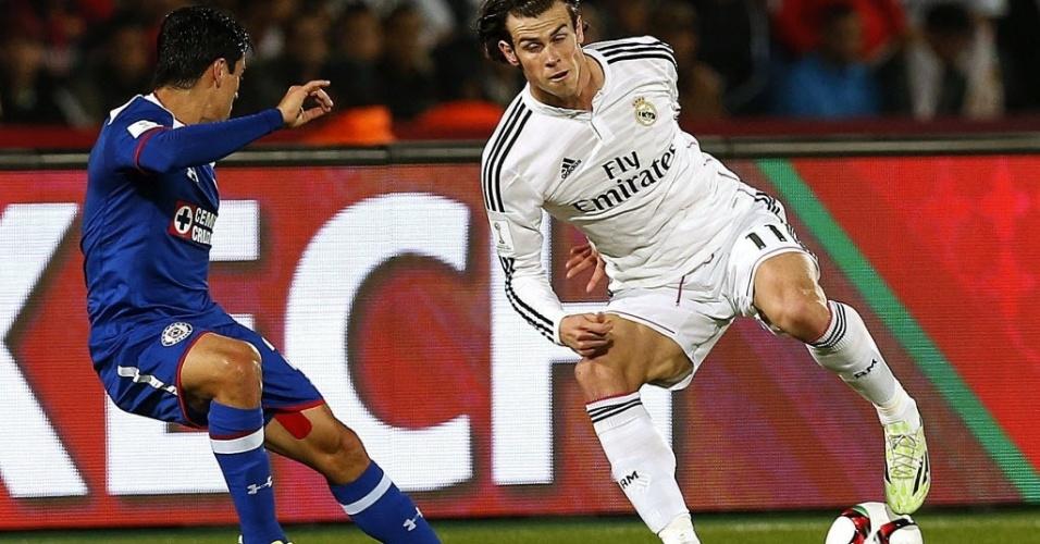 Gareth Bale dribla Fausto Pinto, defensor do Cruz Azul, na semifinal do Mundial de Clubes