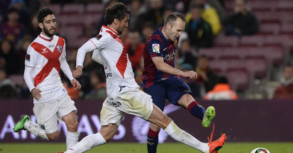 Iniesta chuta de canhota para fazer mais um do Barcelona contra o Huesca, pela Copa do Rei