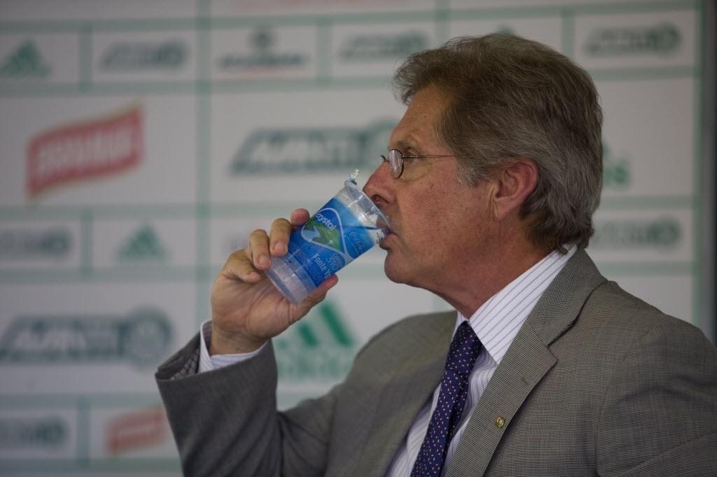 Oswaldo de Oliveira toma água durante a apresentação do Palmeiras
