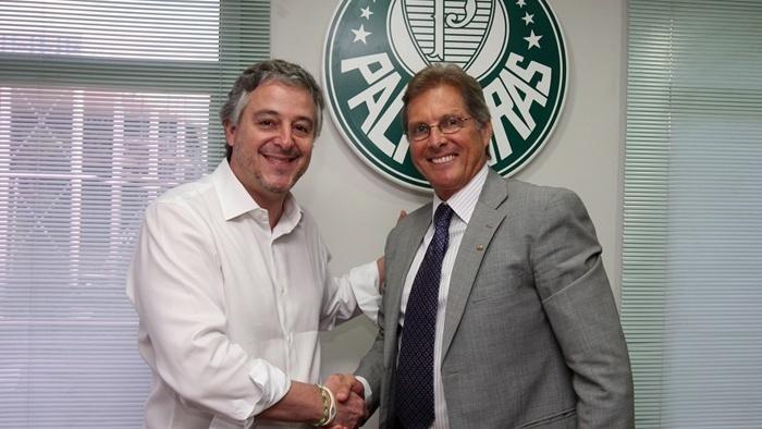 Paulo Nobre e Oswaldo de Oliveira se cumprimentam após assinatura de contrato