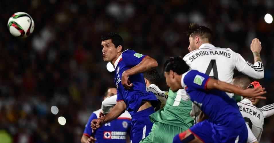 Sergio Ramos cabeceia para abrir o placar contra o Cruz Azul, na semifinal do Mundial de Clubes, no Marrocos