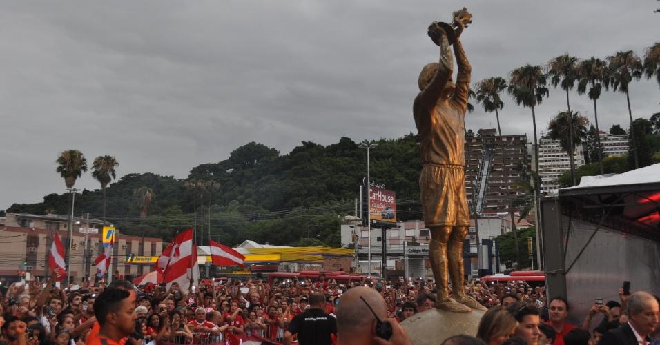 Estátua em homenagem a Fernandão, que morreu este ano, é inaugurada no Beira-Rio