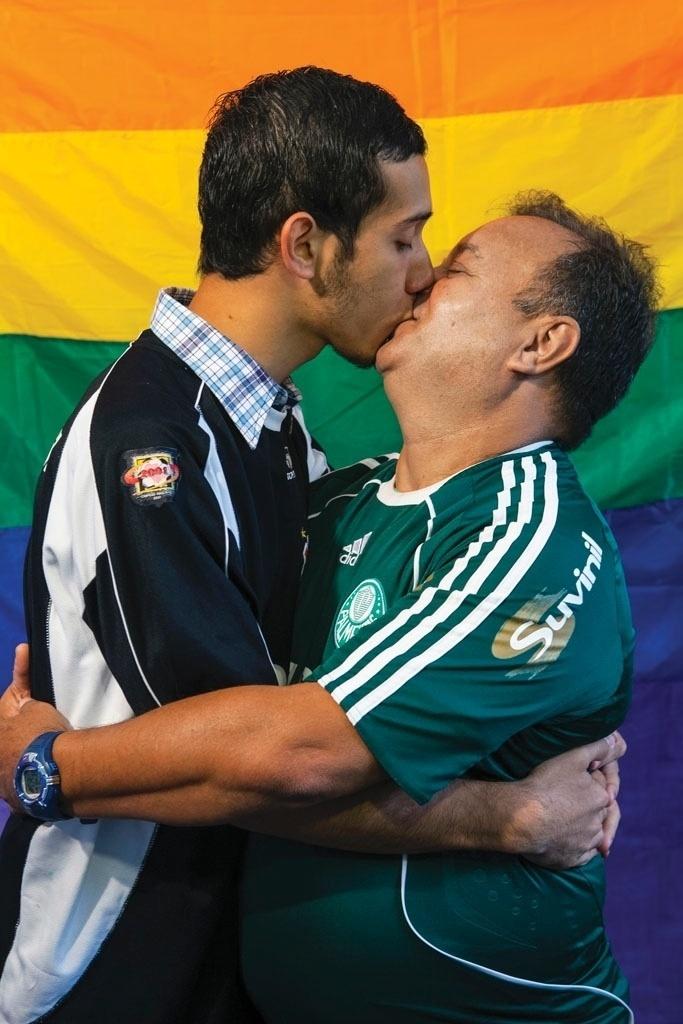 Corintiano e palmeirense se beijam em foto de exposição contra a homofobia