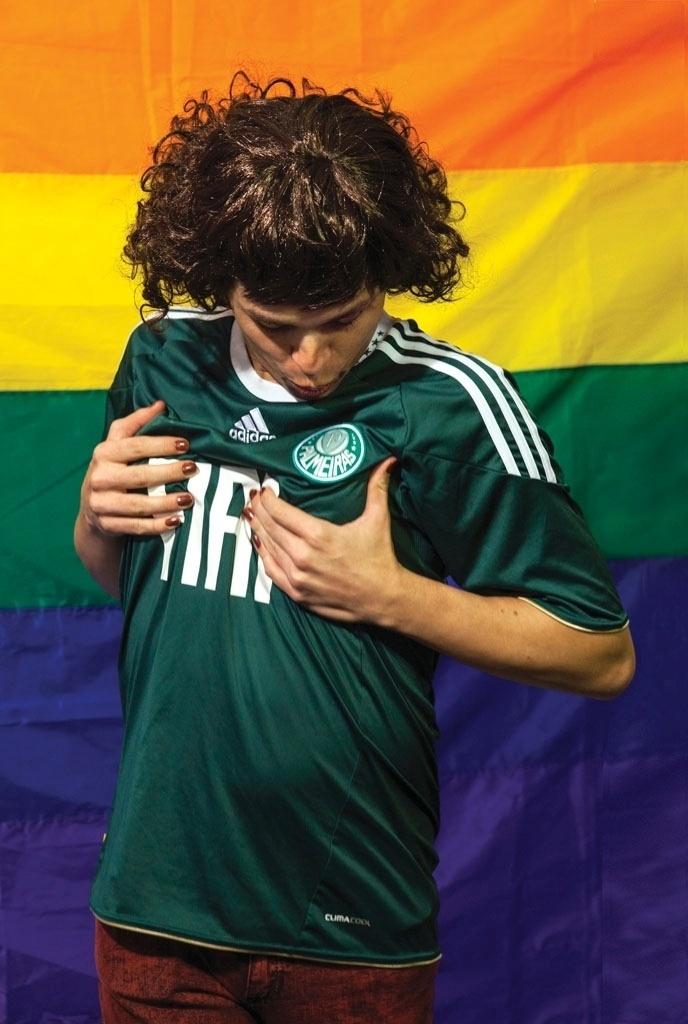 Palmeirense exibe o escudo de seu time em exposição de fotos anti-homofóbicas