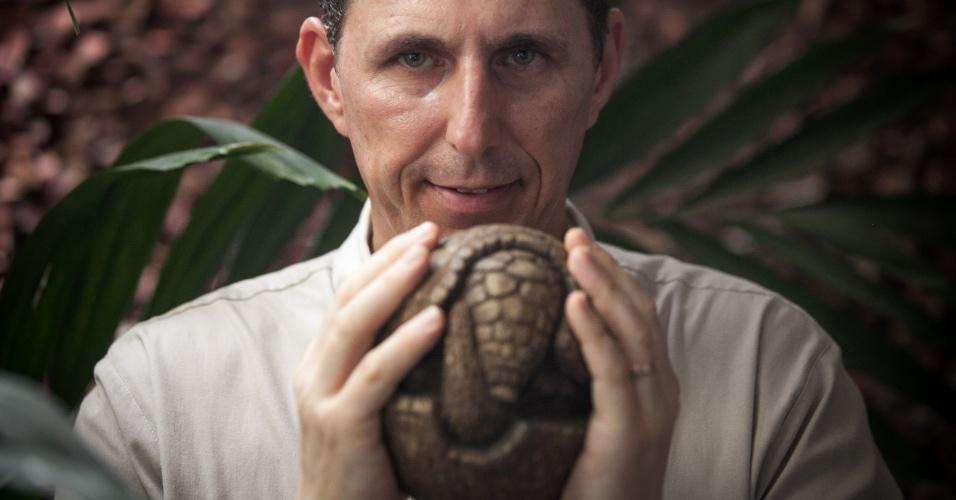 Presidente da ONG Associação Caatinga, Rodrigo Castro segura uma reprodução em madeira do tatu-bola. Ele denunciou durante a Copa do Mundo que a Fifa fez uma proposta irrisória para ajudar na proteção do animal típico do Nordeste que virou mascote da Copa do Mundo