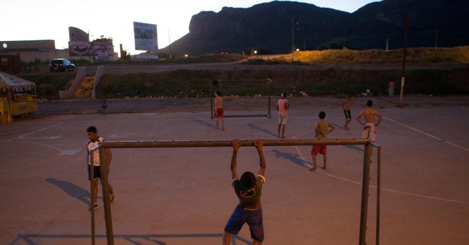 Meninos batem bola tendo ao fundo a geografia que batizou a cidade de Serra Talhada, no sertão pernambucano. A terra natal do cangaceiro Lampião acompanhou a Copa no xaxódromo e sonhando com a volta de seus clubes para a elite do futebol do Estado