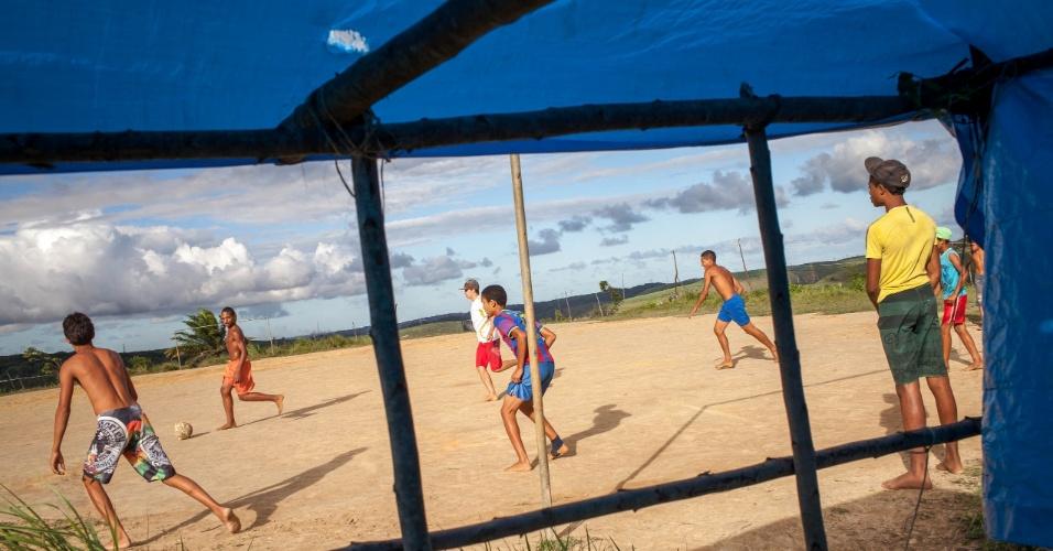 Eles não tem terra, mas tem Galvão Bueno. O UOL acompanhou uma partida da seleção brasileira em um acampamento do MST no interior pernambucano. Mesmo em barrações improvisados de lona e paus, eles acompanharam em TVs velhas as partidas da Copa do Mundo