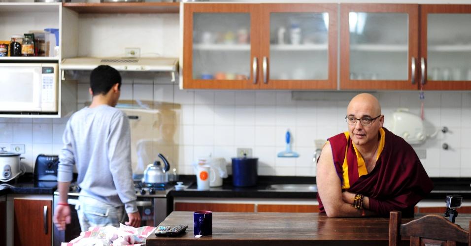 A reportagem do UOL acompanhou um jogo da seleção em um mosteiro budista, no interior de São Paulo. Lá, debateu o materialismo que a maior competição do futebol inspira, através de estádios milionários e muito consumo. Ali, jogo da seleção é visto com pipoca e se comemora gol até do adversário
