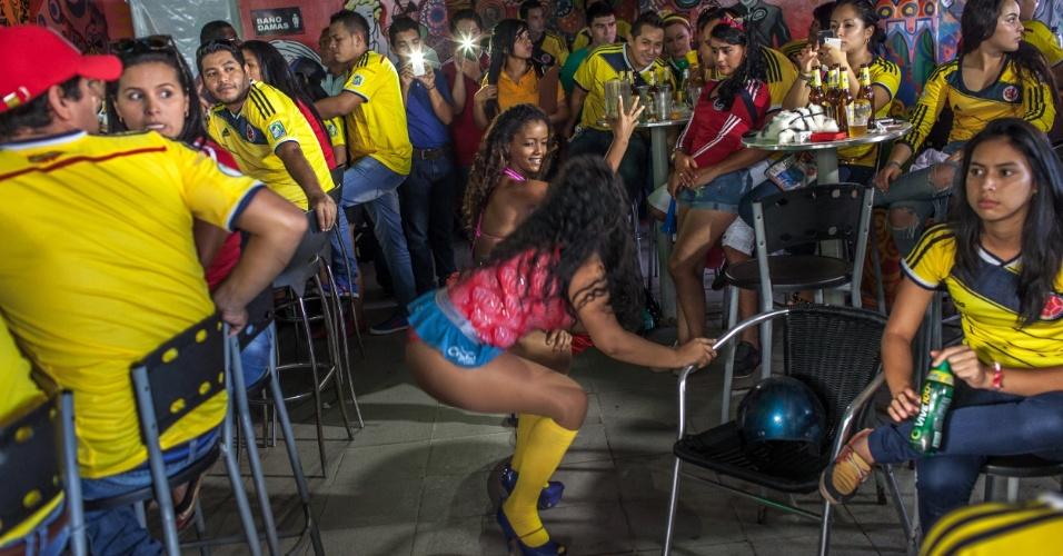 """A fronteira do Brasil com a Colômbia é uma loucura. A cena acima é dentro de uma """"salsoteca"""" durante intervalo do jogo entre brasileiros e colombianos nas quartas-de-final. Torcidas dos dois lados esqueceram as soberanias nacionais e promoveram carreatas dentro do território vizinho para comemorar as vitórias"""