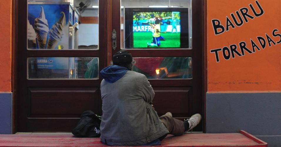 Uma cena de solidão no extremo sul do país. Enquanto a seleção estreava no Itaquerão, Chuí parecia uma cidade fantasma, com poucos sinais de também fazer parte do país da Copa. Ali, no convívio entre brasileiros e uruguaios na fronteira, o consenso existia na rivalidade conjunta contra os argentinos