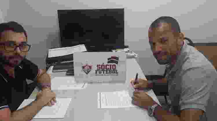 Diego Cavalieri com Mario Bittencourt, atual presidente do clube - Divulgação/Fluminense - Divulgação/Fluminense