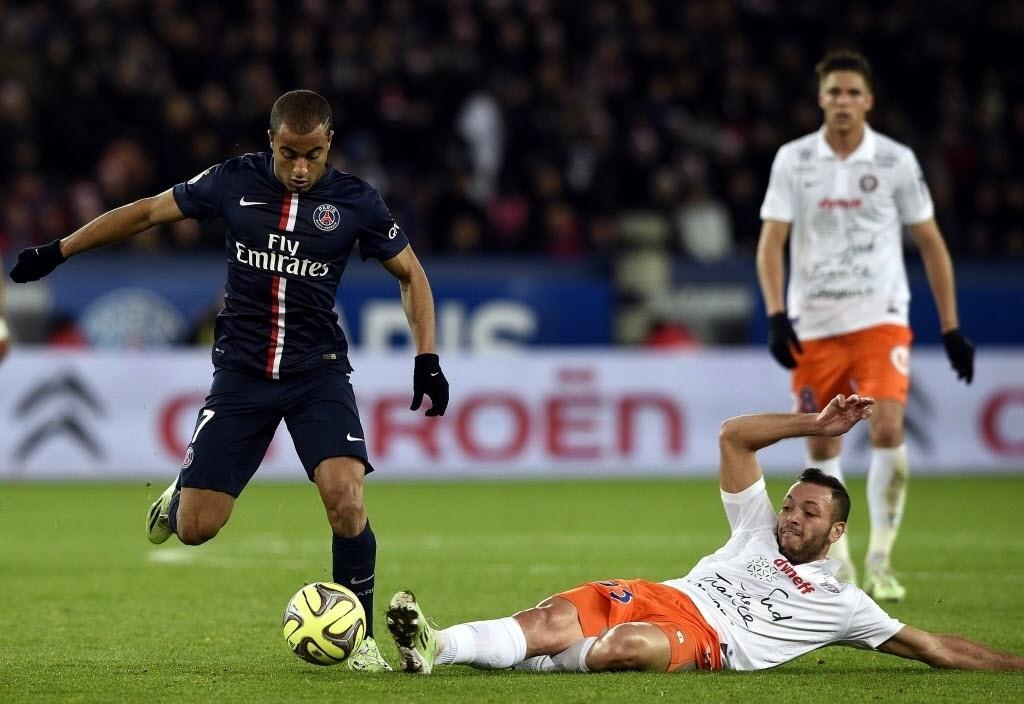 20.dez.2014 - Brasileiro Lucas Moura tenta lance individual em partida do Paris Saint-Germain contra o Montpellier no Campeonato Francês