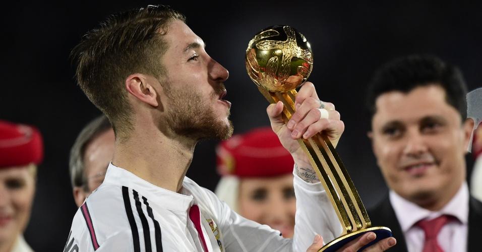 Sergio Ramos recebe a Bola de Ouro por ter sido o melhor jogador do torneio