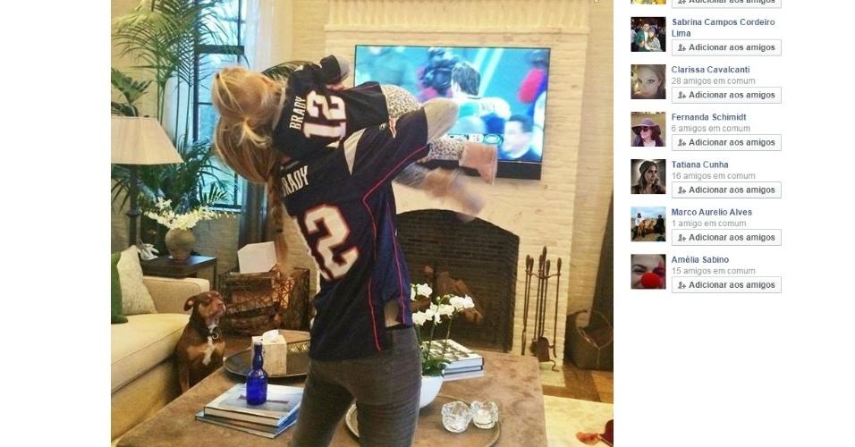 A modelo brasileira Gisele Bundchen, ao lado da filha Vivian, torce pelo marido Tom Brady, o quarterback do New England Patriots