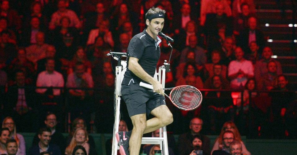 Federer sobe na cadeira do juiz durante partida-exibição contra Stanislas Wawrinka