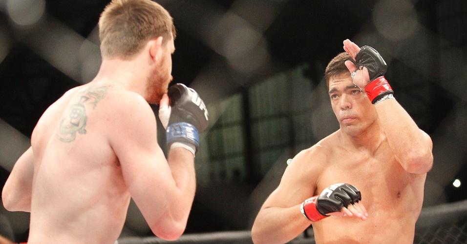 Lyoto Machida observa CB Dollaway no início do primeiro round