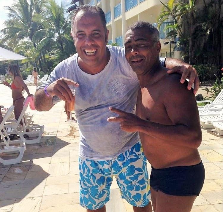 Romário (d) posa para foto com Marcos Braz (e), ex-vice de futebol do Flamengo, que pode assumir a secretaria municipal de esporte do Rio de Janeiro