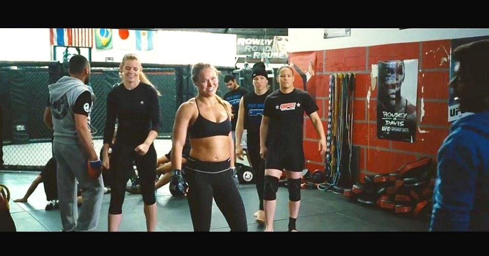 Ronda Rousey com uma barriguinha saliente no trailer do filme Entourage