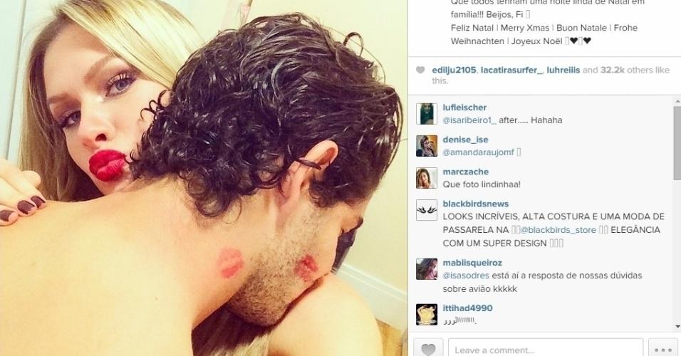 Alexandre Pato e a namorada Fiorella Mattheis comemoram o Natal cheios de carinho. A atriz postou uma foto do namorado com várias marcas de beijos.