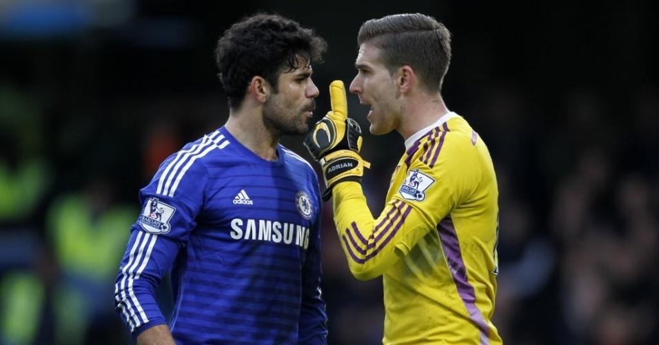 Diego Costa e o goleiro Adrian, do West Ham, se encaram na primeira etapa do jogo em Londres