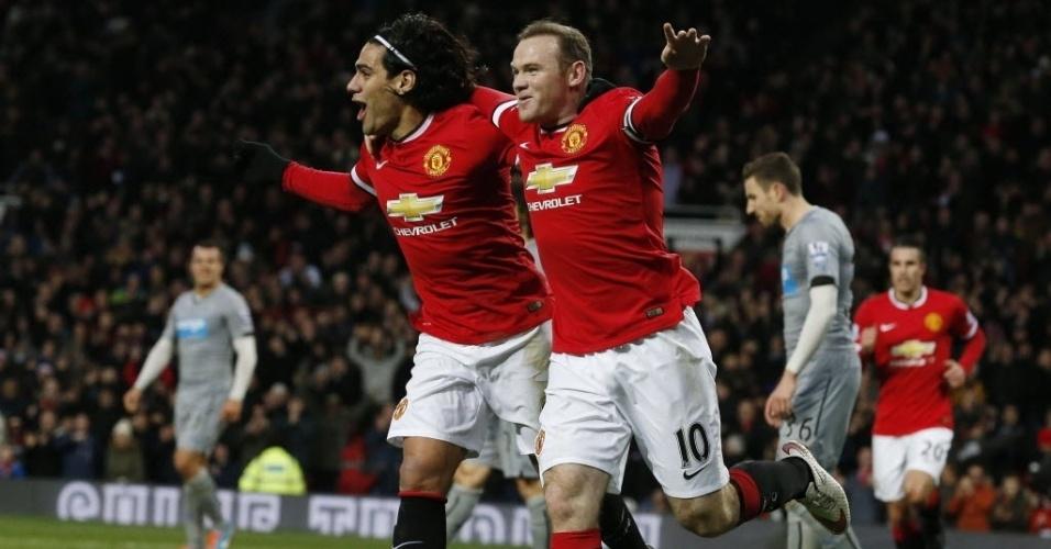 Wayne Rooney (dir.) faz o gol e sai em direção à torcida abraçando Falcao Garcia, em duelo do United contra o Newcastle